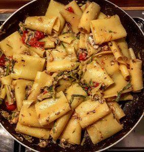 Dallo spadellamento per gli amici: paccheri allo #zafferano con zucchine, pomodorini, sarde, mentuccia e pinoli tostati.
