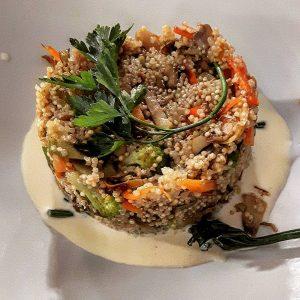 Medaglioni di quinoa alle verdure stufate e glassa al cacio.