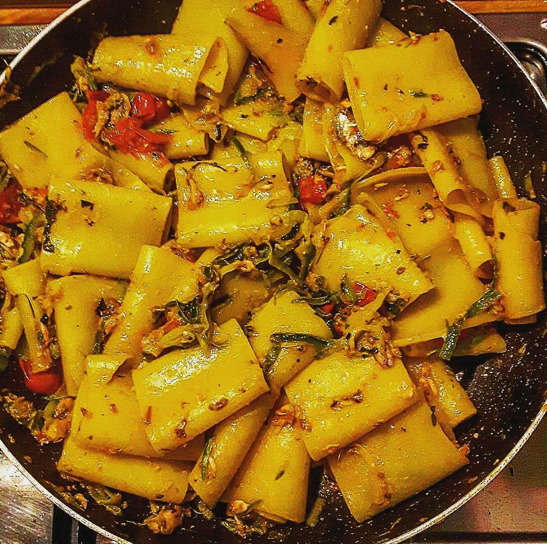 Paccheri allo zafferano, sarde, zucchine, mentuccia e pinoli