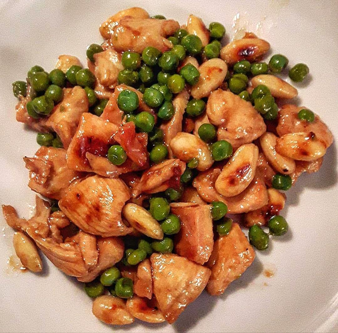 Pollo con anacardi e piselli