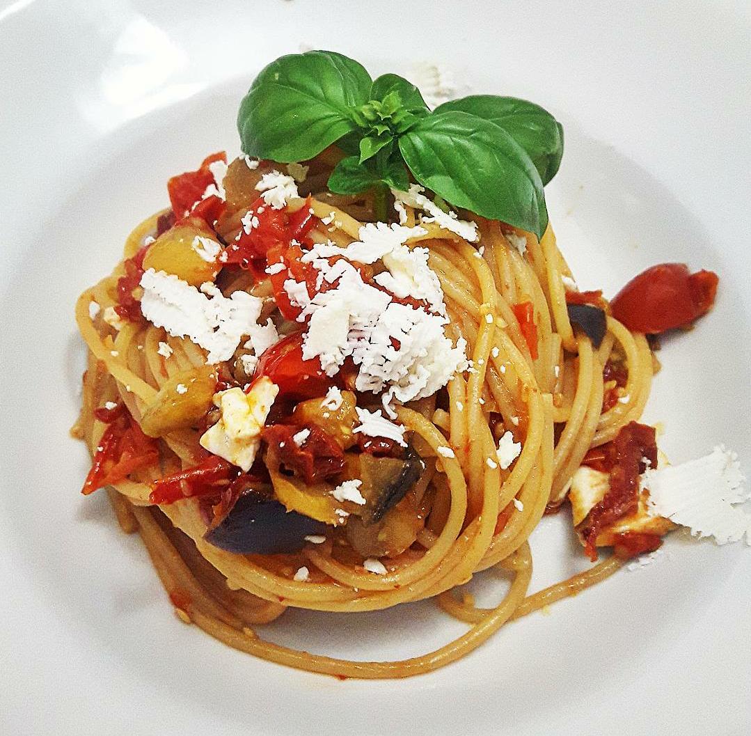 Spaghetti con pomodori secchi, melanzane e cacioricotta