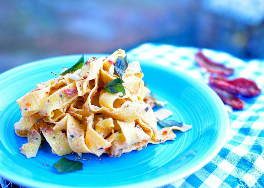 Pappardelle con pesto di pomodori secchi e ricotta