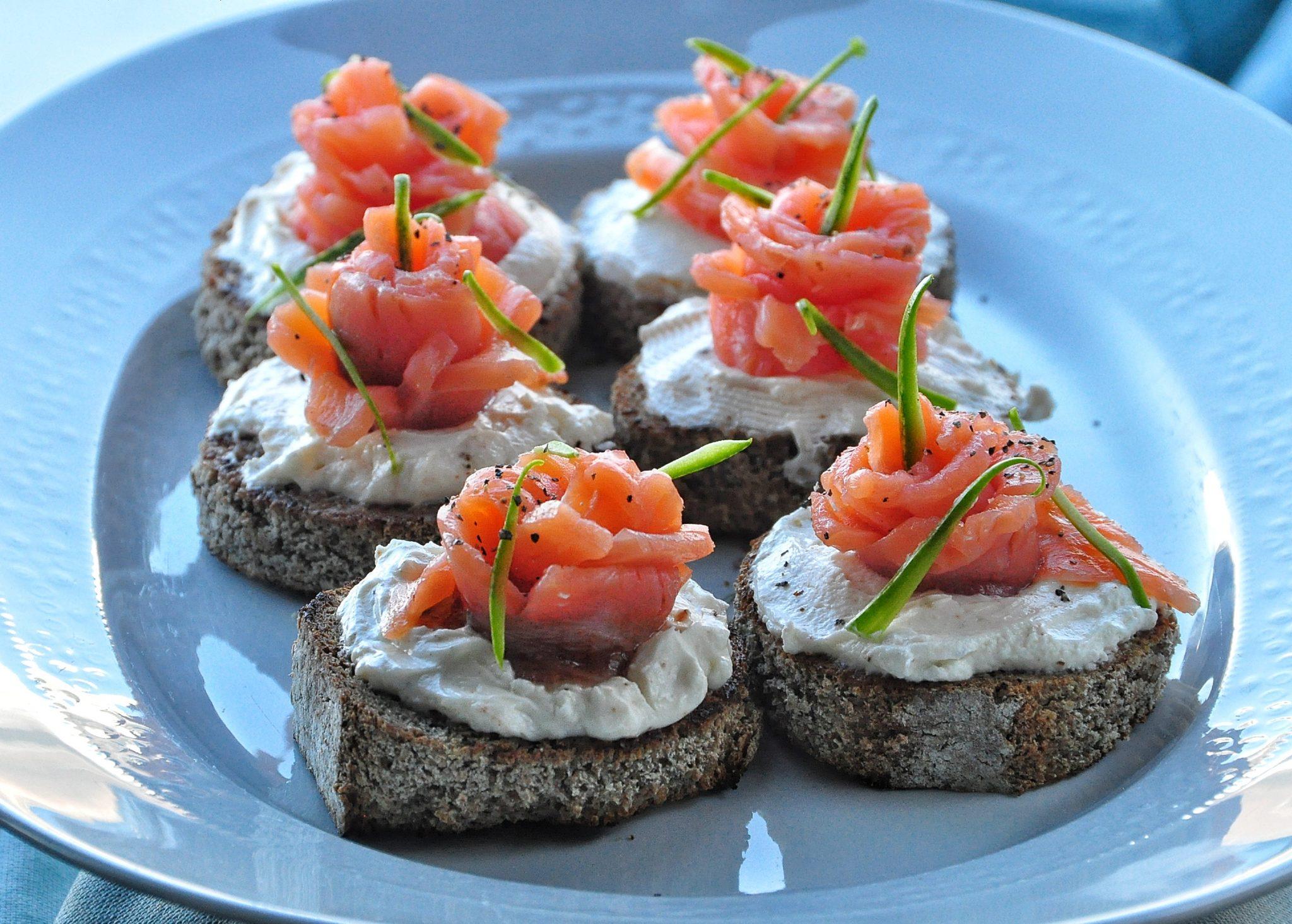 Crostini con mousse di philadelphia e salmone