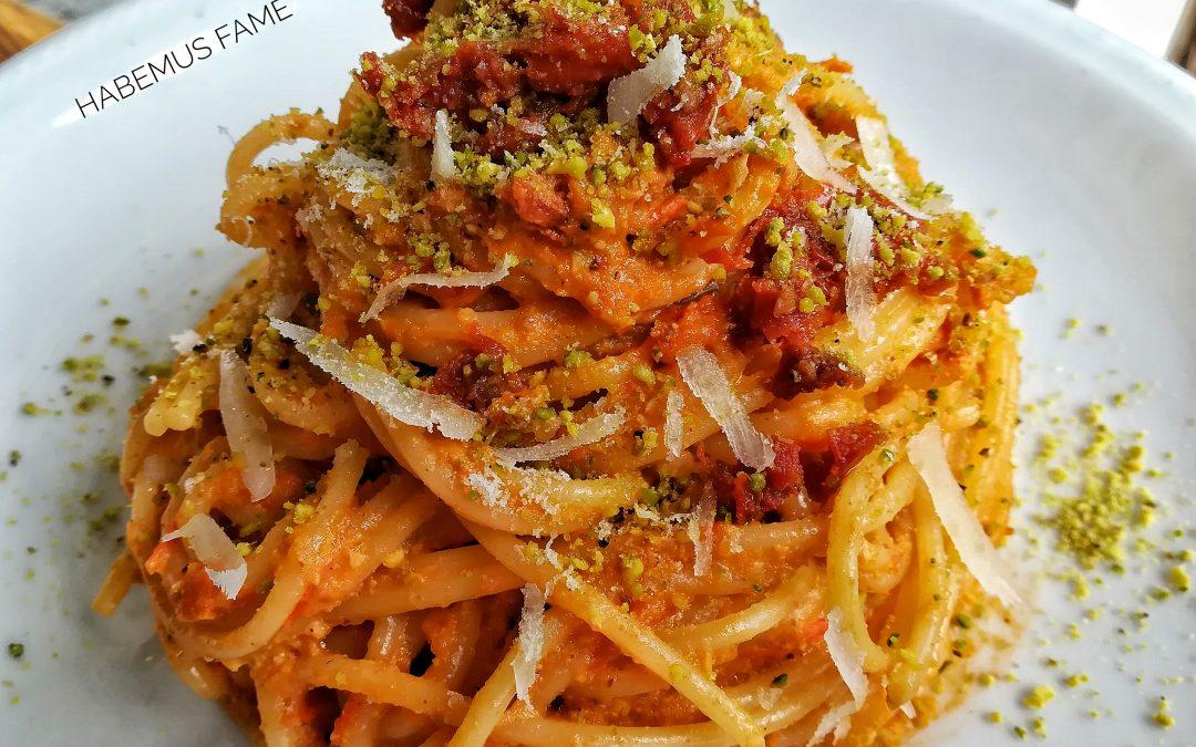 Spaghetti con pesto di pomodorini e pistacchio, pomodori secchi e pecorino