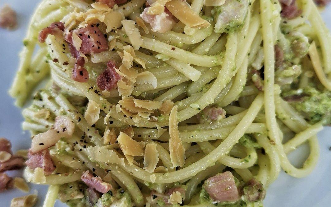 Spaghetti con pesto di zucchine, pancetta e ricotta salata